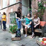 Pique-niquer avec ses voisins en bas de son immeuble, une réalité à Amsterdam.