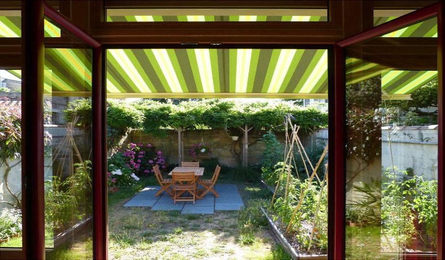 Bordeaux (Gironde), le 23 juin. Vue sur le potager et la terrasse ombragée.