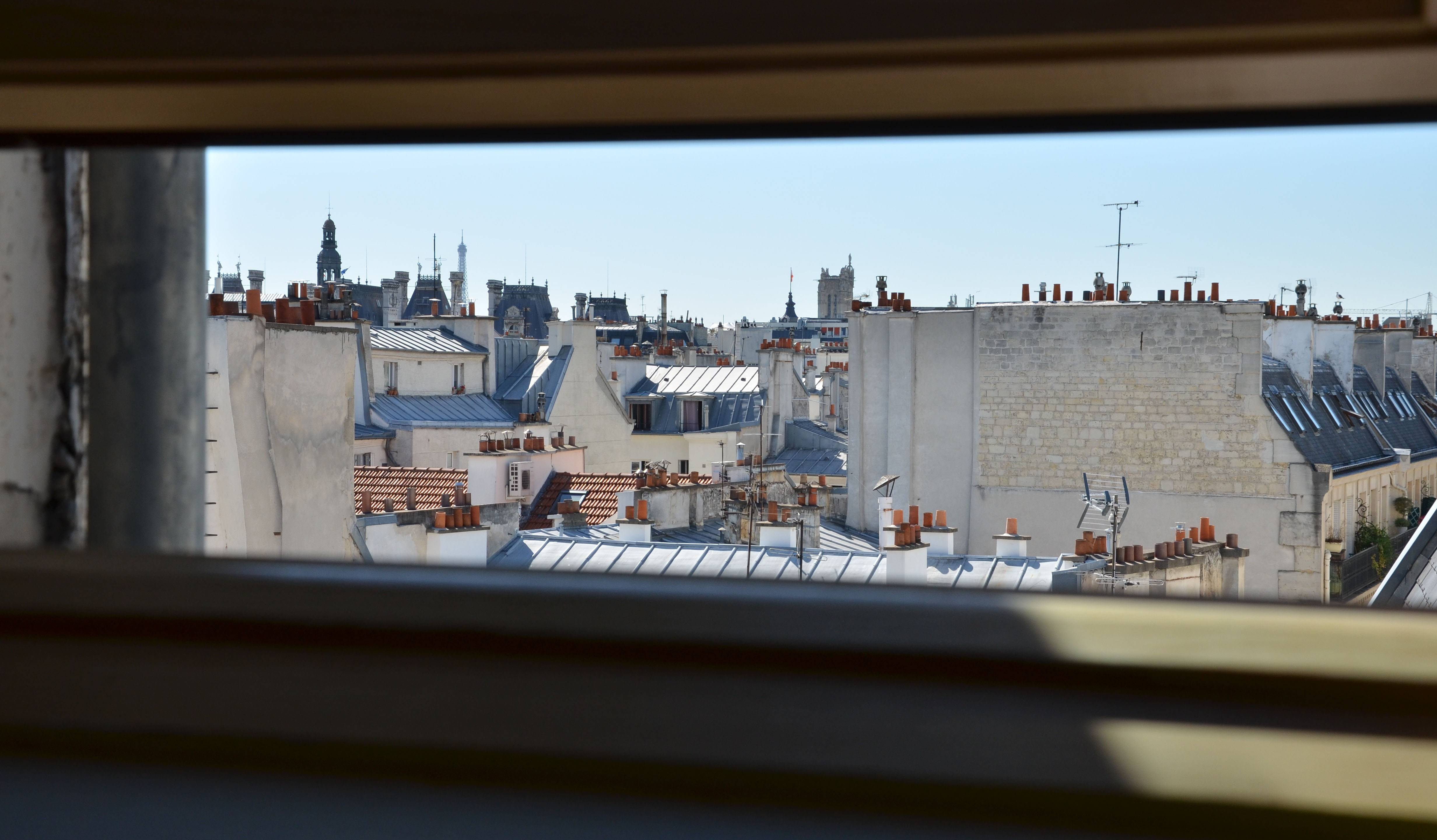 Paris, le 30 juin. Un Velux entrouvert dans la chaleur caniculaire.