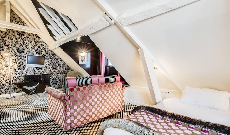 Suite Junior décorée par le grand couturier Christian Lacroix. Hôtel du Petit Moulin, Paris.