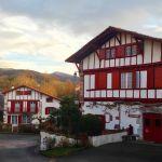 Une maison traditionnelle à Ainhoa, dans le Pays Basque.