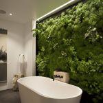 Apporter une touche de verdure dans la salle de bain avec un mur végétal.