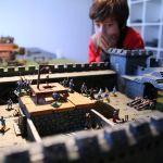 Roman, 9 ans, prêt à s'engager dans la bataille pour défendre le château.
