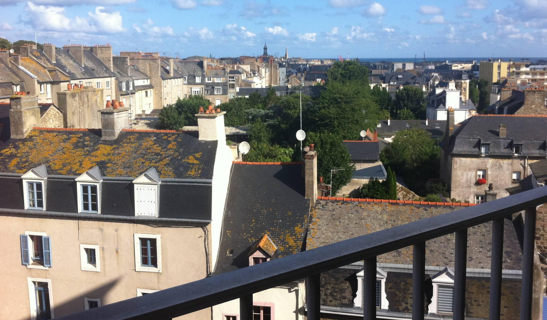 Saint-Malo (Ille-et-Vilaine), le 25 juillet. Derrière les toits, la mer.