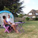 Kelly et Thibault campent dans un jardin en Basse-Normandie.