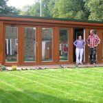 Irene Bizell, avec Alex Booth, qui lui a construit ce studio dans son jardin.