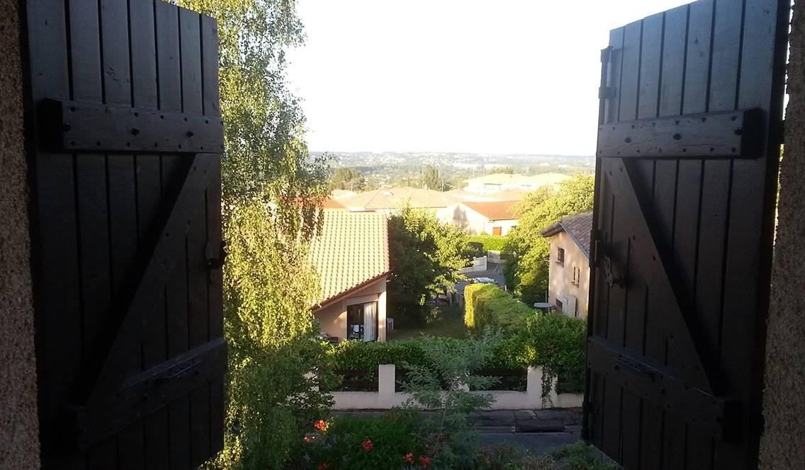 Toulouse (Haute-Garonne), le 30 juillet. Volets juste entrouverts, pour garder la fraîcheur dans la maison.