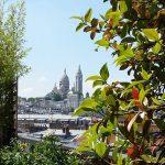 Le Sacré-Coeur se profile à l'horizon de ce balcon parisien. Le 5 août.