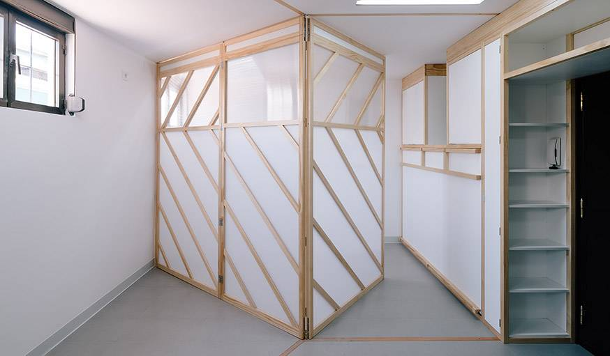 L'espace peut être séparé en deux pièces distinctes.