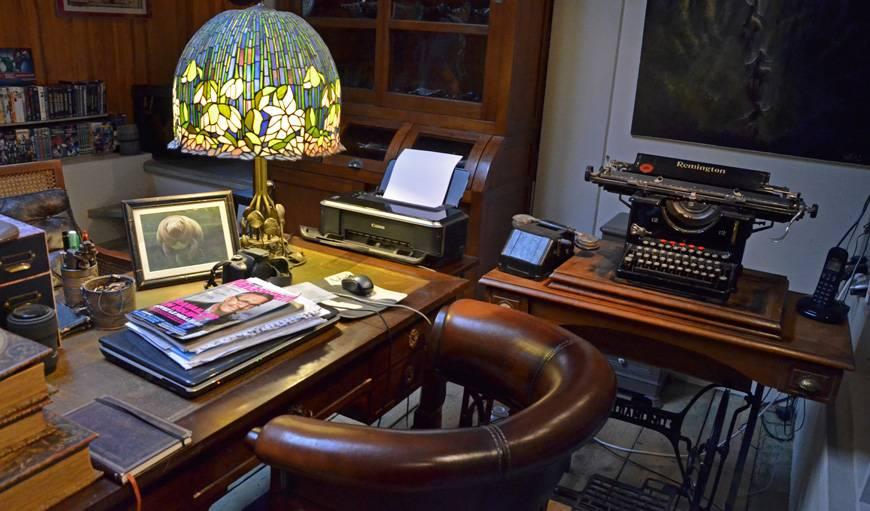Cuir, lampe art nouveau et machine à écrire.
