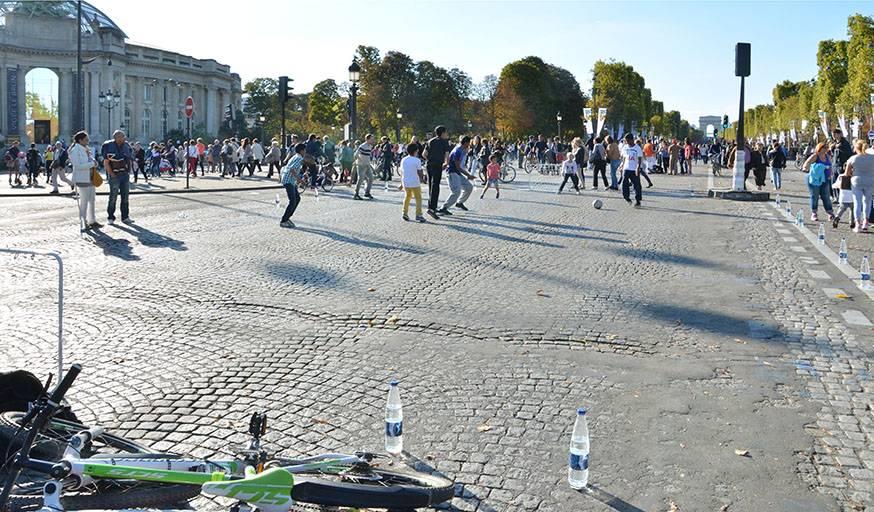 Une partie des Champs-Élysées transformée en terrain de football, lors de la journée sans voiture dimanche 27 septembre.