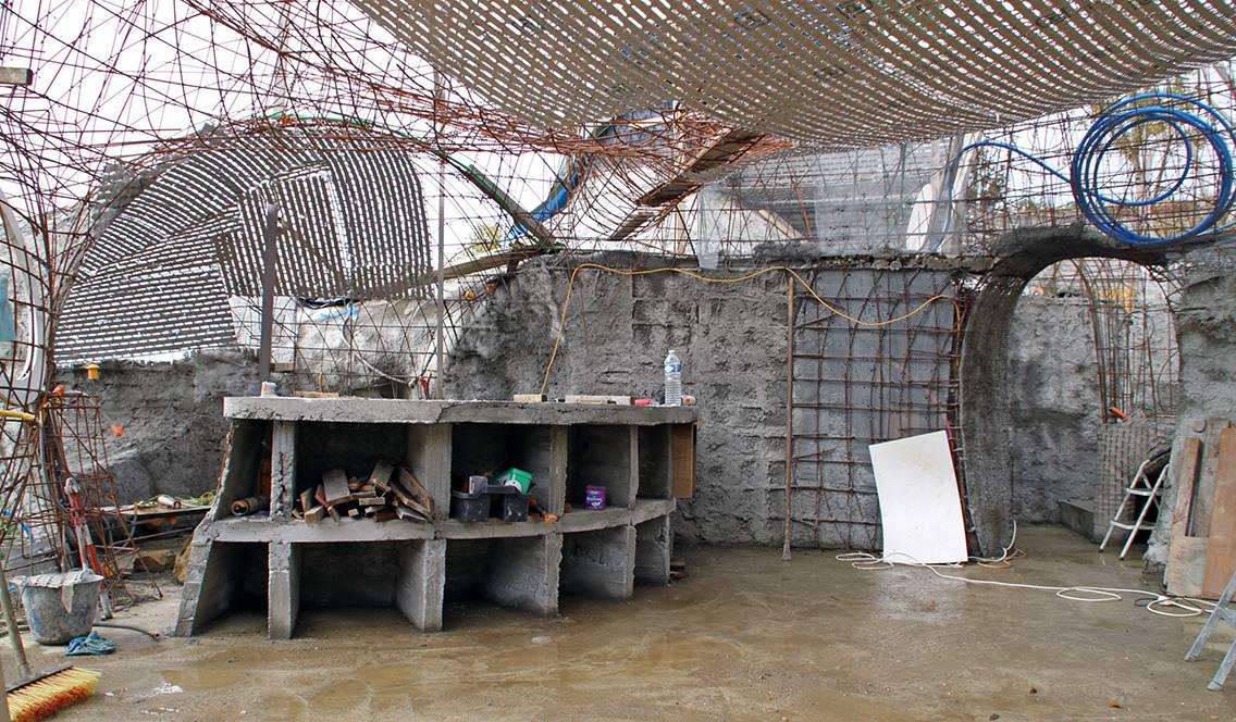 Une partie des meubles doit être encastrée dans la structure.