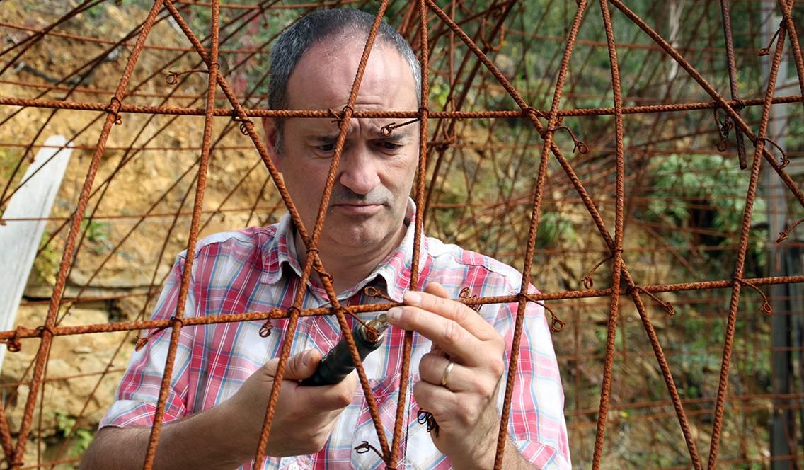 Philippe Delage travaille les fers tors. Ossatures de sa maison bulle.