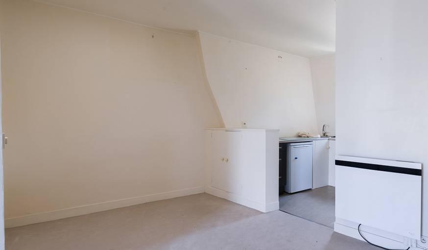 La cuisine avant, tout au fond de l'appartement.