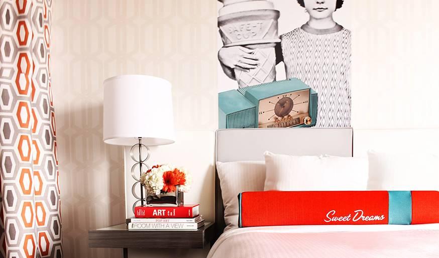 Un papier peint clair permet d'apaiser l'ensemble de la pièce.