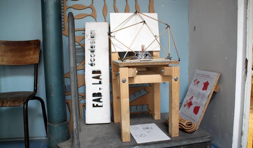 La chaise créée par le Fab Lab associant chutes de matériaux et pièces en plastique biosourcé imprimées en 3D.