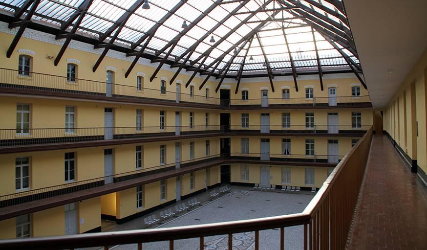 Le pavillon central, restauré. À l'origine, le sol était recouvert de tomettes.