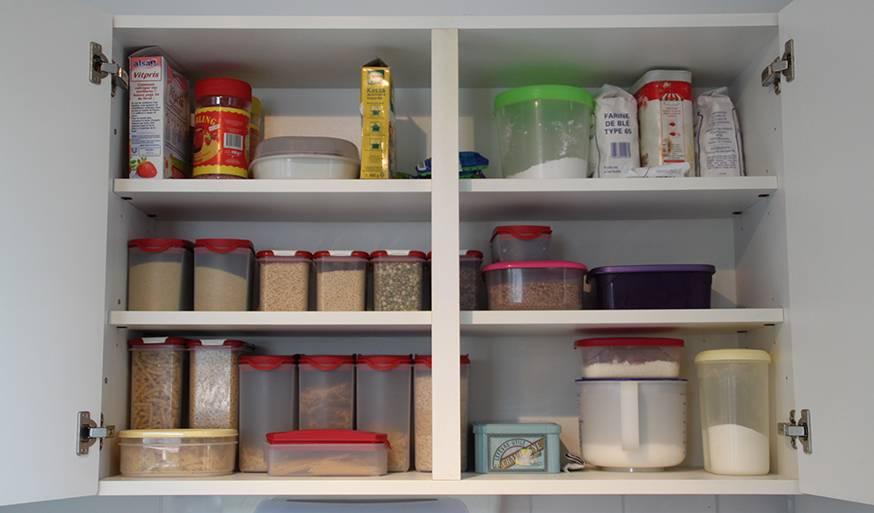 Toutes les denrées alimentaires de Renée sont rangées dans des boites en plastique qu'elle réutilise d'une fois sur l'autre.