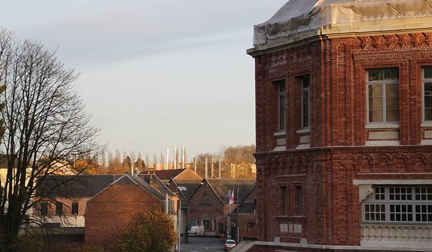 Vue sur les cheminées de l'usine, depuis une fenêtre du Familistère.