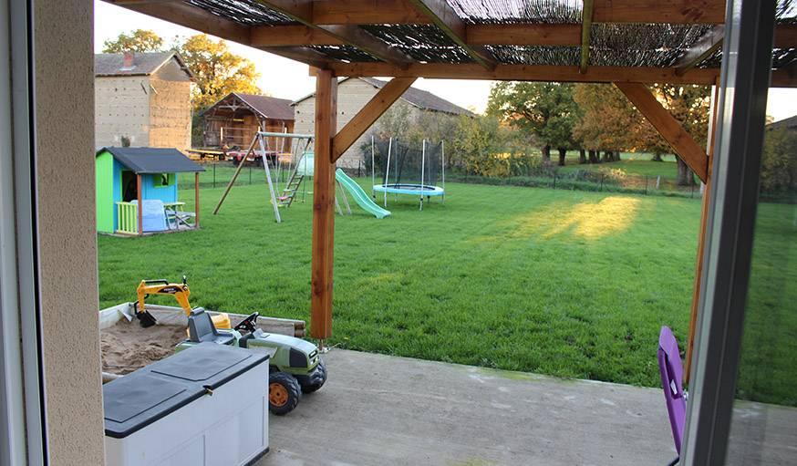 Vue sur le jardin depuis le salon, Vinzelles (Saône-et-Loire), le 30 octobre.