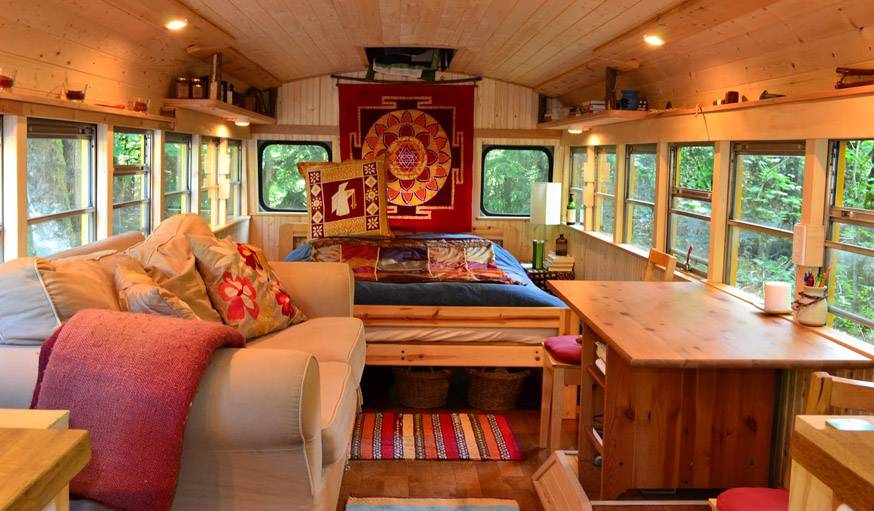 tiny house et bus am nag ils habitent dans un bus scolaire vivre dans un bus. Black Bedroom Furniture Sets. Home Design Ideas