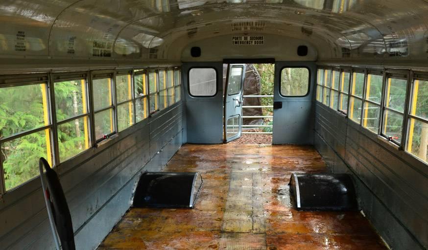 Le bus vide, débarrassé des sièges des passagers.