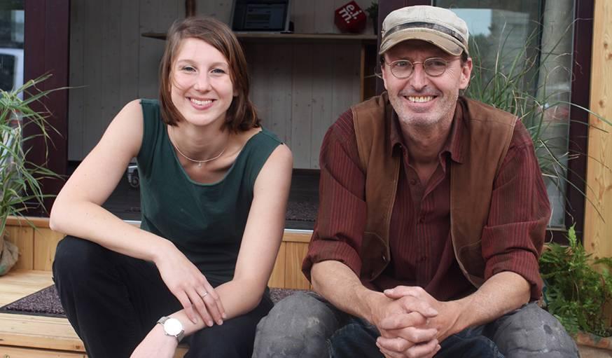 Theresa et Christian, créateurs de cette tiny house naturelle.