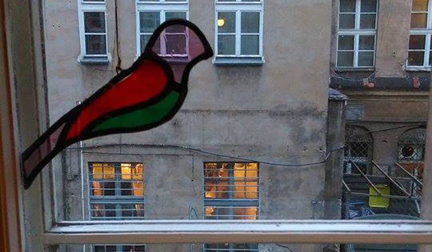 Un oiseau s'est posé sur la fenêtre à Poznan, en Pologne, le 27 décembre.
