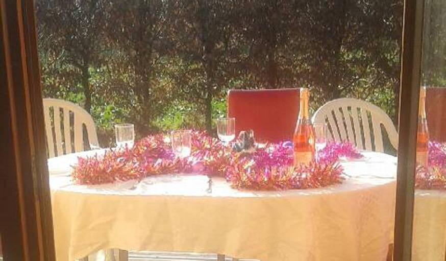 Table  en terrasse, pour le réveillon de Noël, à Moimay (Haute-Saône).