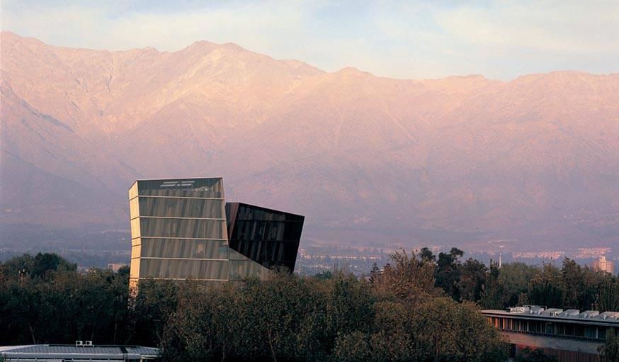 Tours siamoises de l'Université catholique du Chili à Santiago. Réalisées par Alejandro Aravena et livrées en 2005.