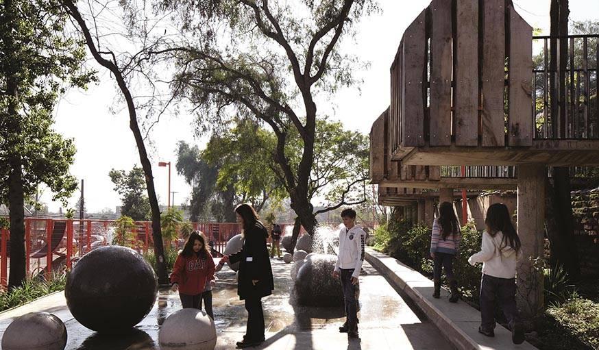 Terrain pour enfant du Bicentennial Park à Santiago (Chili). Réalisé par Alejandro Aravena et livré en 2012.