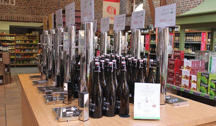 Distributeurs de liquides en vrac et bouteilles à bouchon mécanique.
