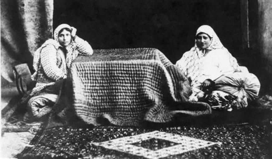 Deux femmes autour du korsi.