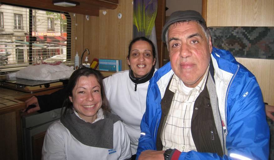 Ranzika Faïd, une bénévole, et Jo, le premier SDF à avoir inauguré Mobil'douche.