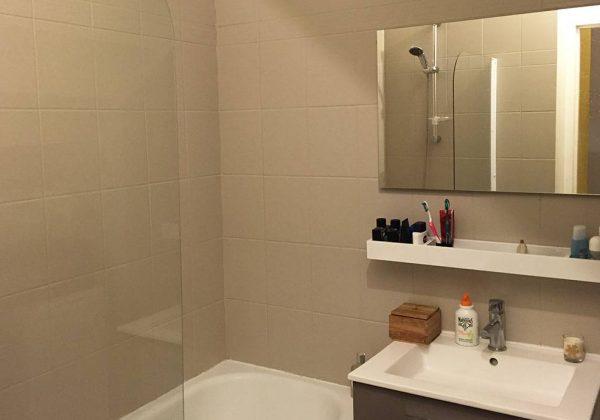 Rénovation salle de bains : repeindre le carrelage plutôt ...