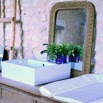 Un meuble-vasque et table à langer réalisé par Marie Prenat.