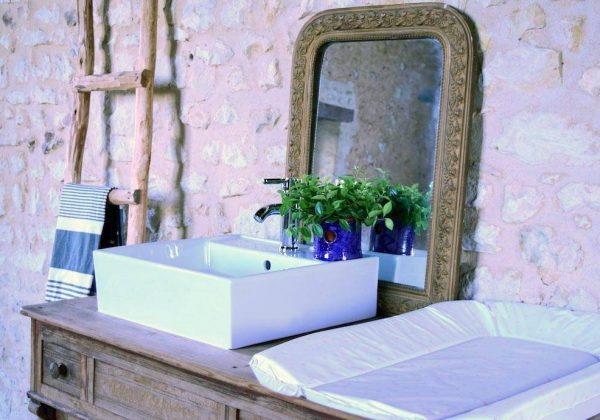 Un meuble vasque de salle de bains familial, avec table à ...