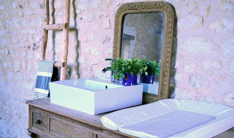 Un meuble vasque de salle de bains familial avec table for Transformer salle de bain