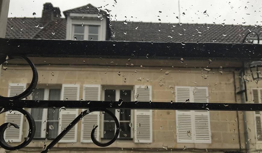 Les gouttes de pluie carressent les vitres en ce matin d'hiver. Compiègne (Picardie)