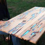 Une table phosphorescente grâce à une résine spéciale.