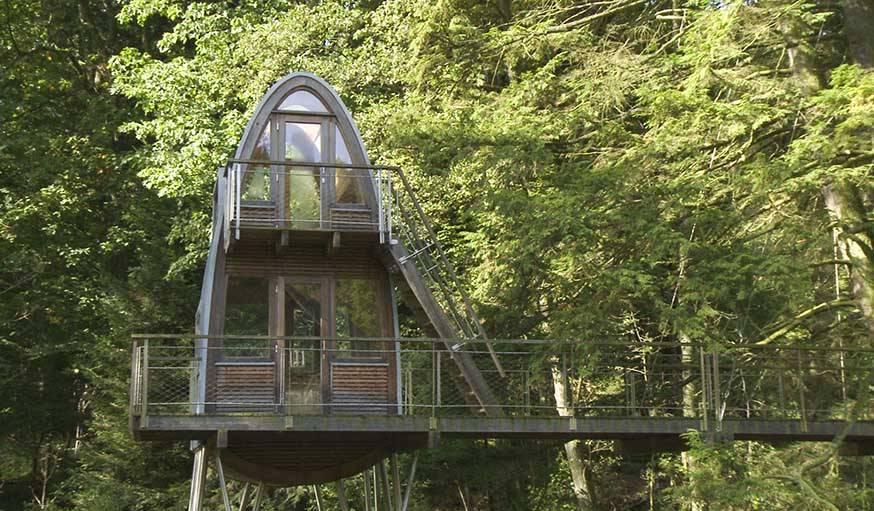 Une maison dans un arbre très originale, construite par Andreas Wenning.