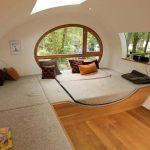 À l'intérieur de la cabane ovale d'Andreas Wenning.