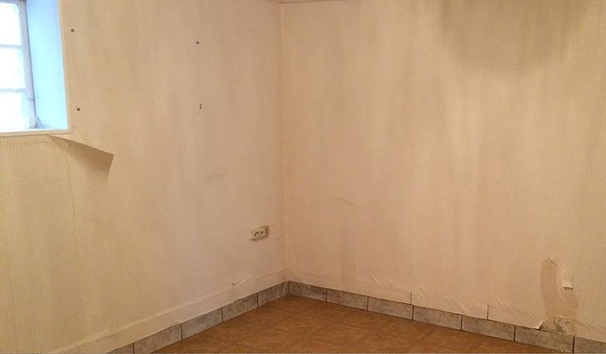 La pièce au sous-sol, fermée et vide, avant les travaux.