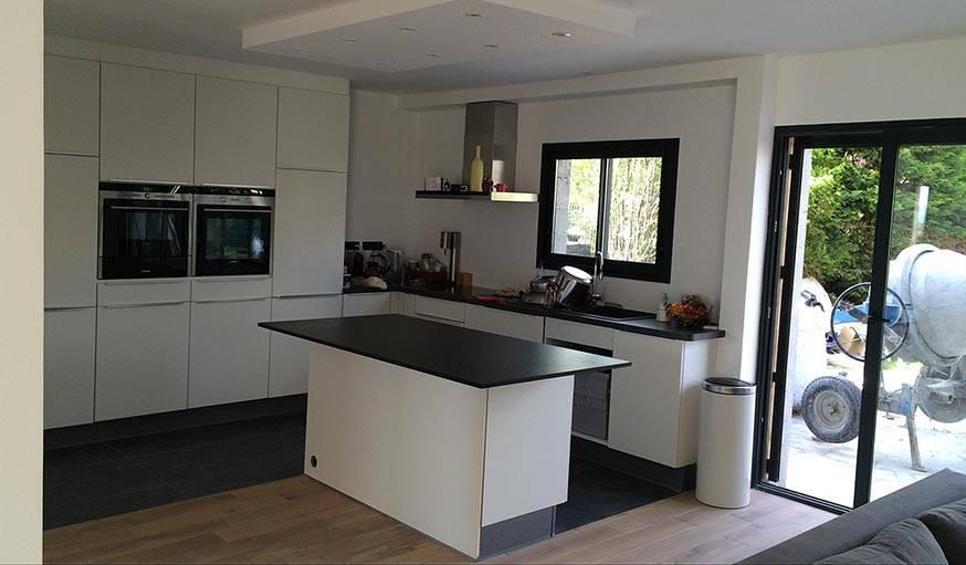 La cuisine ouverte, modernisée, s'organise autour d'un îlot central.