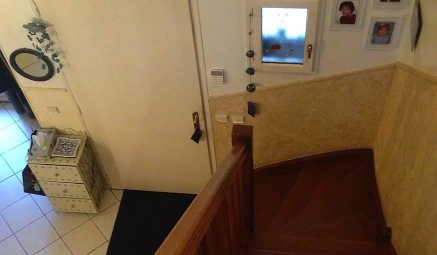 L'escalier et l'entrée avant travaux.