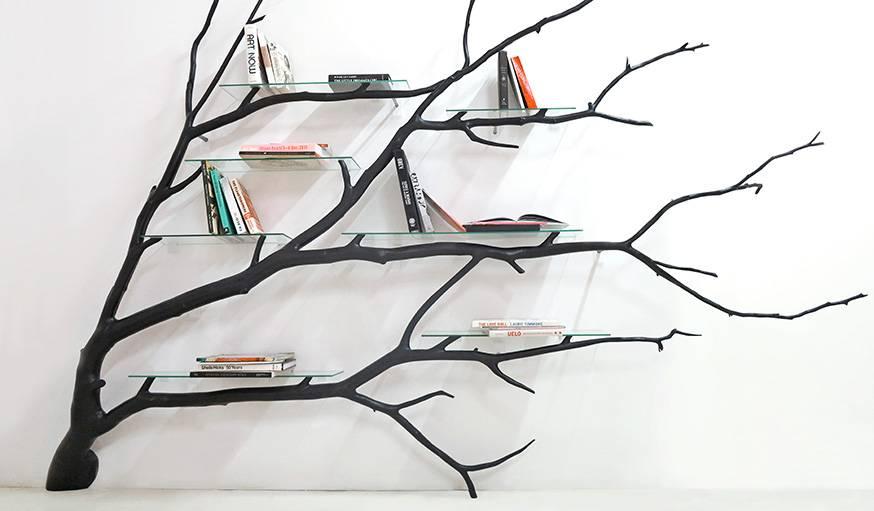 Cette étagère a été créée par l'artiste à partir d'une vraie branche.