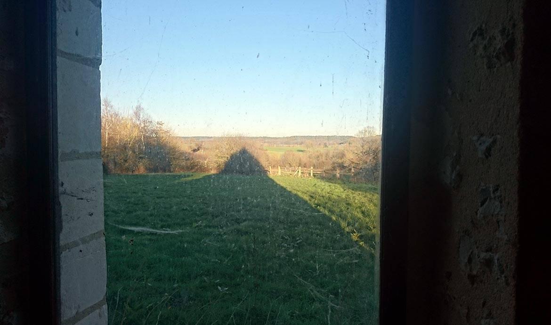 La ferme étend son ombre en fin d'après midi à Rémalard (Orne).