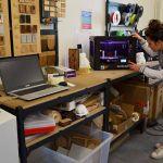 Harmony Ferreira lance une impression 3D, dans les ateliers Draft.