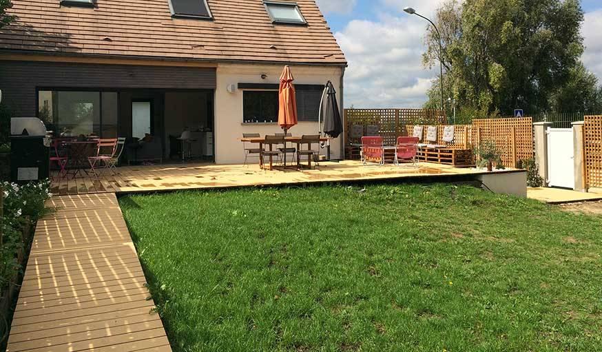 La nouvelle terrasse, avec une vue dégagée, et un chemin pour aller au fond du jardin.