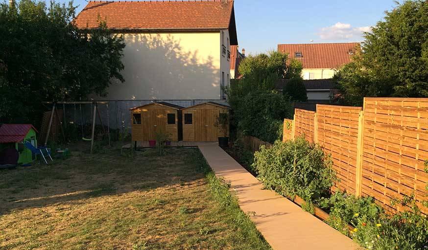 Le jardin aujourd'hui, avec deux abris pour stocker bois et outils.